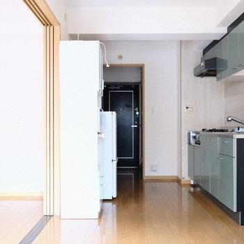 キッチンと玄関のグレーがかっこいい。※写真は5階の同間取り別部屋のものです