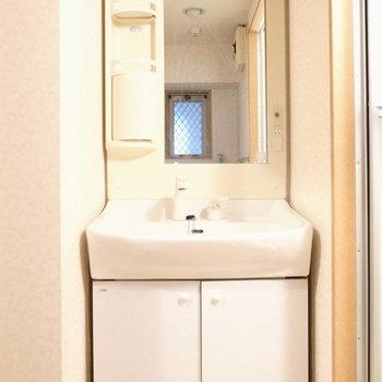棚にはシャンプーの詰め替えなどをしまっておこう。※写真は5階の同間取り別部屋のものです