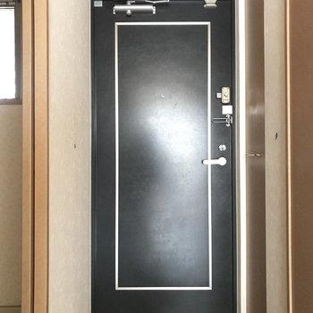 玄関はコンパクト。※写真は5階の同間取り別部屋のものです