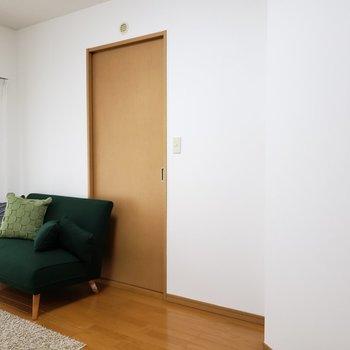 そして洋室の左側の扉の先はキッチン。