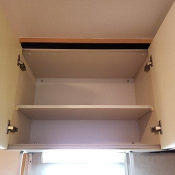上には収納棚も。調味料を収納するのにピッタリ!