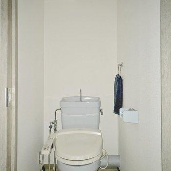 トイレはウォシュレットもついています◎(※フラッシュ撮影しています)※写真は5階の同間取り別部屋のものです