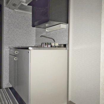 キッチンは廊下に。(※フラッシュ撮影しています)※写真は5階の同間取り別部屋のものです