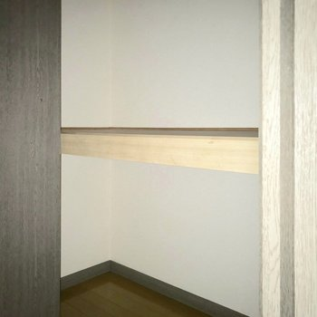 玄関のふたつ。荷物が多い人も安心♬(※フラッシュ撮影しています)※写真は5階の同間取り別部屋のものです