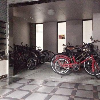 駐輪場はポストの隣に。お気に入りの自転車も安心♪