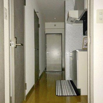 居室までの道です。(※フラッシュ撮影しています)※写真は5階の同間取り別部屋のものです