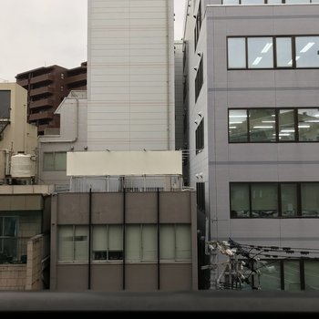 ビルが多い都会です。※写真は5階の同間取り別部屋のものです