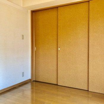 引き戸を閉めるとメリハリのある空間に!(※写真は4階の同間取り別部屋、清掃前のものです)