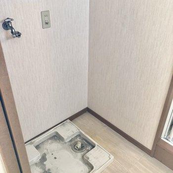 洗濯機置場があります(※写真は4階の同間取り別部屋、清掃前のものです)