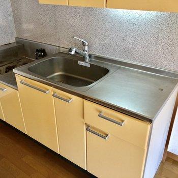 調理場も広い使いやすいキッチン(※写真は4階の同間取り別部屋、清掃前のものです)