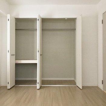 こちらも大きなクローゼット。2人暮らしなら問題ないですね。(※写真は2階の同間取り別部屋、モデルルームのものです)
