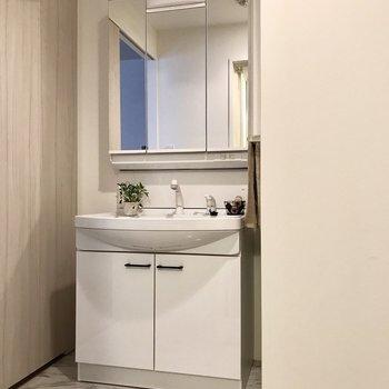 鏡の裏も収納になっている洗面台。小物も全部隠しちゃいましょう。(※写真は2階の同間取り別部屋、モデルルームのものです)