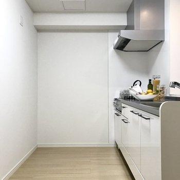 冷蔵庫も置ける十分な広さ。(※写真は2階の同間取り別部屋、モデルルームのものです)