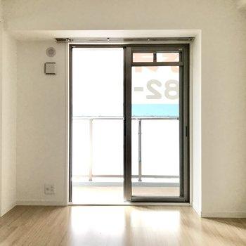 テレビも置けるし、普段は引き戸を閉めてプライベートの空間として使っても◎(※写真は2階の同間取り別部屋、モデルルームのものです)