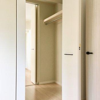 秘密のドアの先は、お隣の洋室に繋がっているんです。ちなみにここはWIC。※写真は2階の同間取り別部屋、モデルルームのものです
