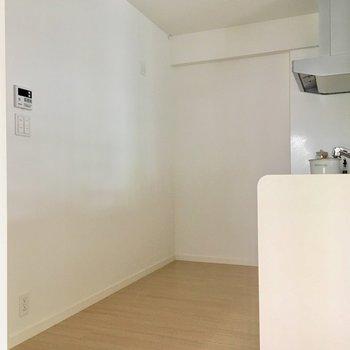 冷蔵庫も大きい容量のものが置けそうです。※写真は2階の同間取り別部屋、モデルルームのものです