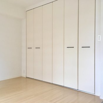 壁1面には天井まである、大きな扉の先は〜?※写真は2階の同間取り別部屋、モデルルームのものです