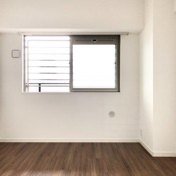 続いて7.1帖の洋室。共用廊下側ですがほどよい明るさですよ。