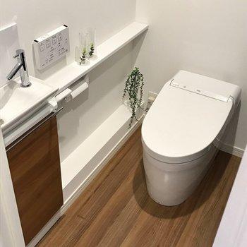トイレは廊下側に。まるでショップみたい。手洗い場もついていてすごく使いやすい。 (※写真の小物は見本です)