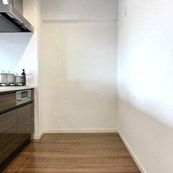 両開きの冷蔵庫も置けそうな広さ。 (※写真の家具・小物は見本です)