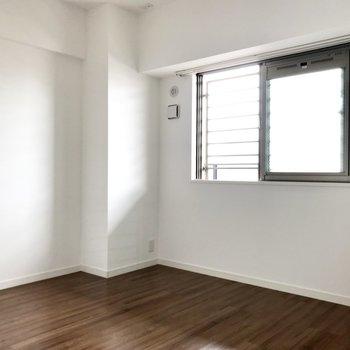 こちら6.1帖の洋室。1人部屋としてはちょうどいいサイズ感です。