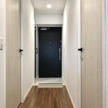 玄関周りはスッキリと。しっかりとした廊下があるおうちって意外になかなかないんです。 (※写真の小物は見本です)