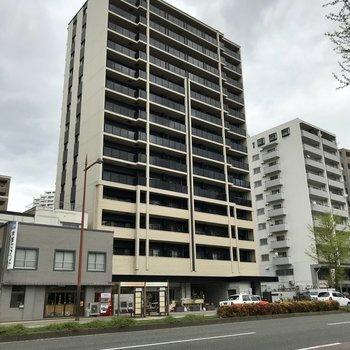 昭和通りに佇む新築マンション。1階にはテナントが入るみたい。