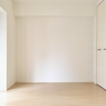 バルコニー横は5.6帖。※写真は2階の同間取り別部屋、モデルルームのものです