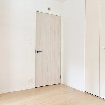 ドアの先は水回りの入口です。※写真は2階の同間取り別部屋、モデルルームのものです