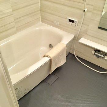 お風呂は追い焚き・浴室乾燥機付きです。※写真は2階の同間取り別部屋、モデルルームのものです
