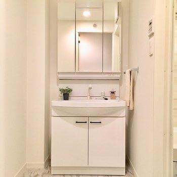 洗面台は3面鏡。シングルレバーは扱いやすい!※写真は2階の同間取り別部屋、モデルルームのものです