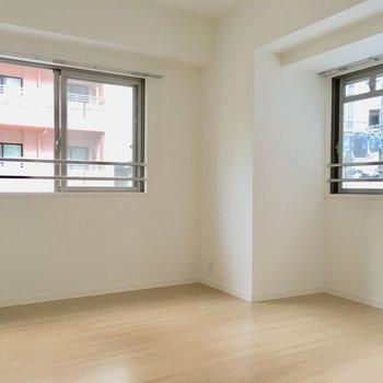 こちらの洋室は6.6帖。2面採光なので、明るさもバッチリ。※写真は2階の同間取り別部屋、モデルルームのものです