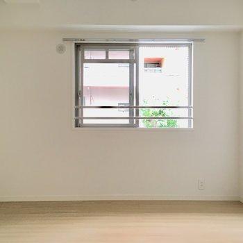 こちらは6.1帖、キッチン横の洋室。※写真は2階の同間取り別部屋、モデルルームのものです