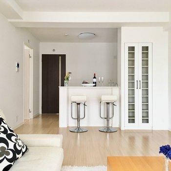 リビングは広々の14.4帖。家具はファミリーサイズをチョイス。※写真は2階の同間取り別部屋、モデルルームのものです