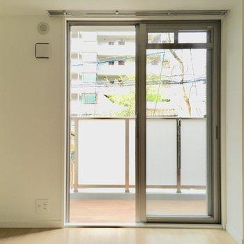 テレビ線も窓側に付いていますよ。※写真は2階の同間取り別部屋、モデルルームのものです