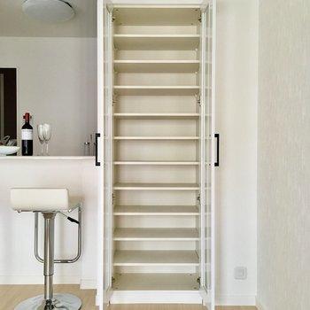 カウンター横の収納は、本棚にピッタリだ。※写真は2階の同間取り別部屋、モデルルームのものです