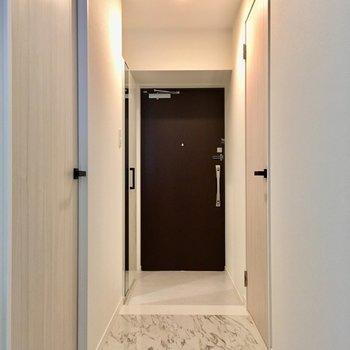 玄関のつるつる素材は、お掃除も楽ちん。※写真は2階の同間取り別部屋、モデルルームのものです