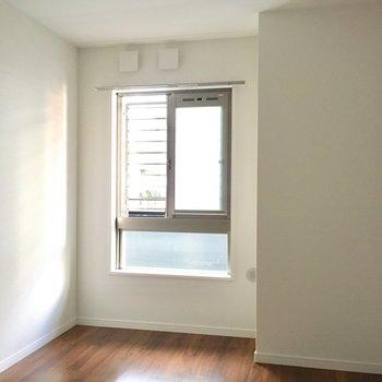 すりガラスになっているので丸見えでないです。※写真は2階の同間取り別部屋のものです
