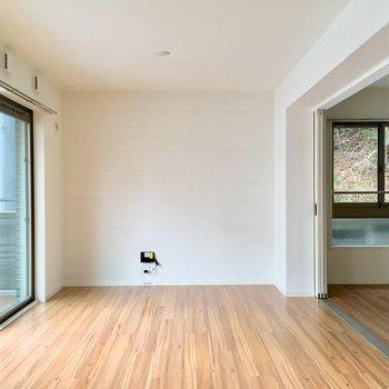 長方形の形はレイアウトも楽しい。奥にテレビ、ソファー置いたりね!※写真は2階の同間取り別部屋のものです