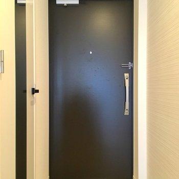 玄関には鏡つきでありがたい。※写真は2階の同間取り別部屋のものです