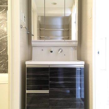 高級感のある洗面台。脱衣所の床お洒落なのです。※写真は2階の同間取り別部屋のものです