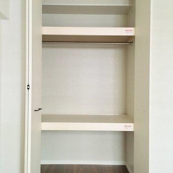 棚置いたり、使いやすく。※写真は2階の同間取り別部屋のものです