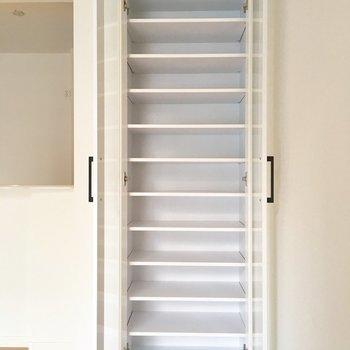 棚にはお皿や、本。使い方はあなた次第!※写真は2階の同間取り別部屋のものです