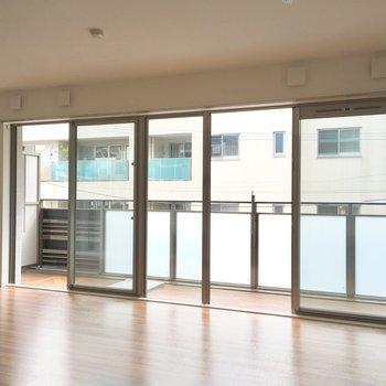 大きい窓は風の通りもいいのです。※写真は2階の同間取り別部屋のものです