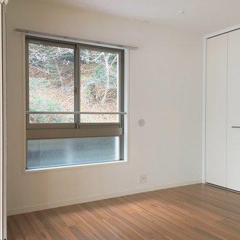 ダイニング横の洋室。緑が見えるってうれしいです。※写真は2階の同間取り別部屋のものです