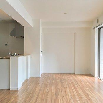カウンターキッチンにテーブルつけてもいいですね!※写真は2階の同間取り別部屋のものです