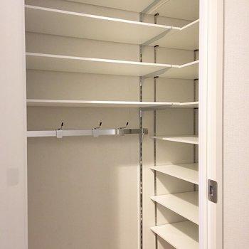 靴もたくさん置けるし、かけれる!※写真は2階の同間取り別部屋のものです