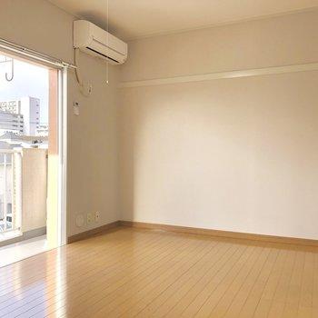 こちらは洋室。あの角にベッドかな〜