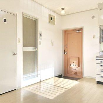 サーモンピンクの玄関が可愛い!