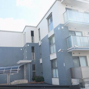 通り沿いに建っている3階建てのマンションです。
